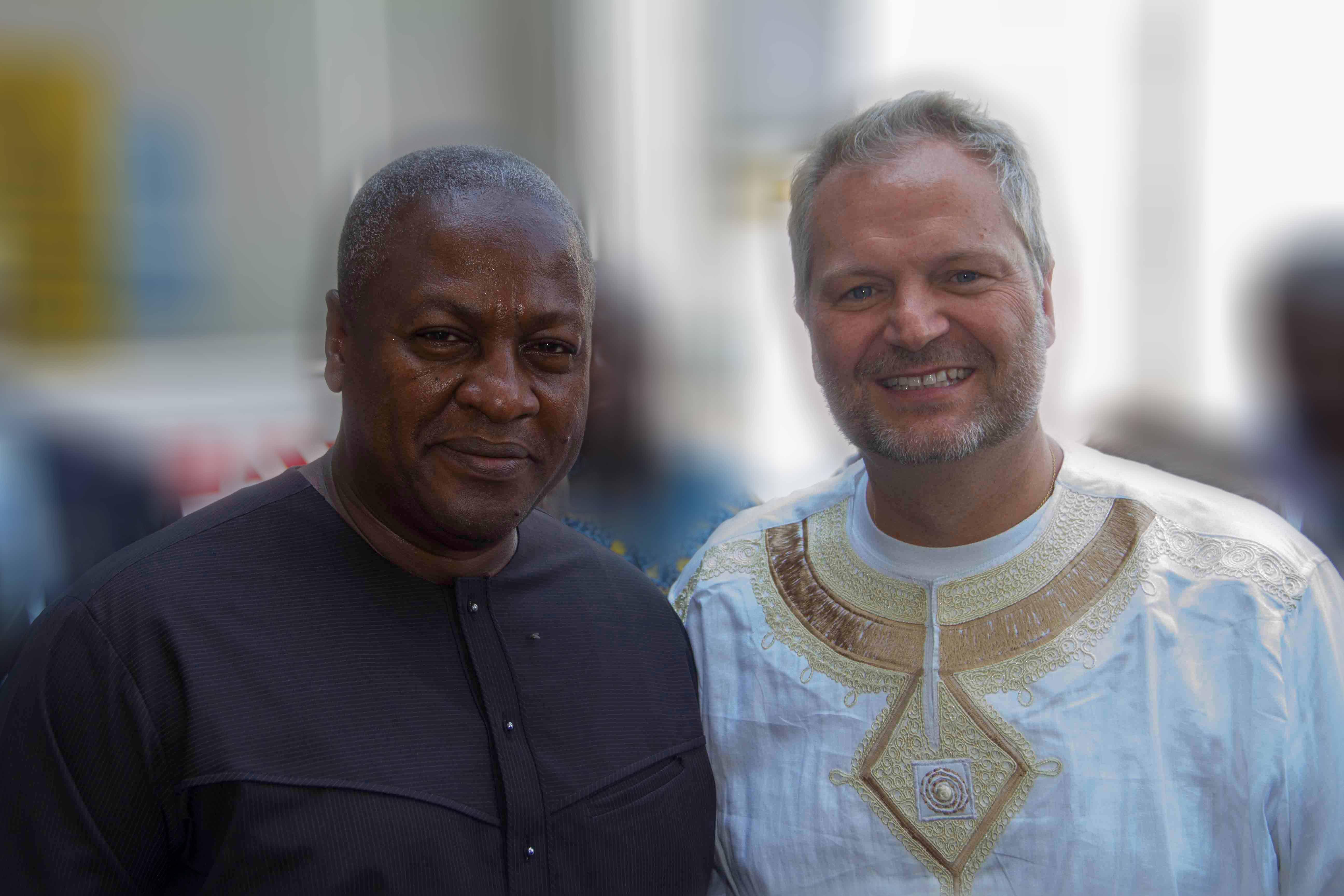 Il Console Onorario Massimiliano Taricone al fianco del Presidente Emerito della Repubblica del Ghana, John Dramani Mahama.